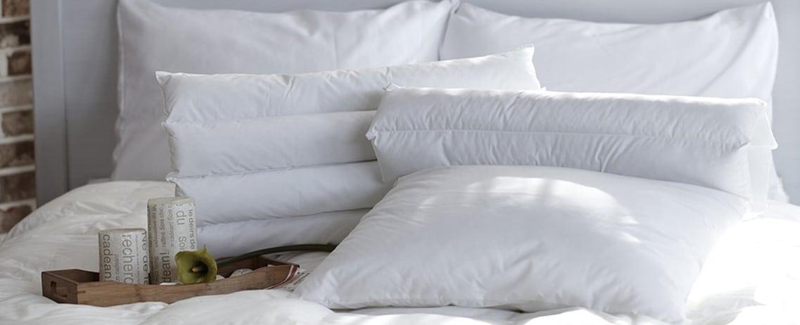 Bauchschläferkissen auf Bett