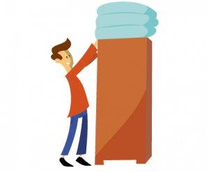 Klappmatratze verstaut auf einem Schrank